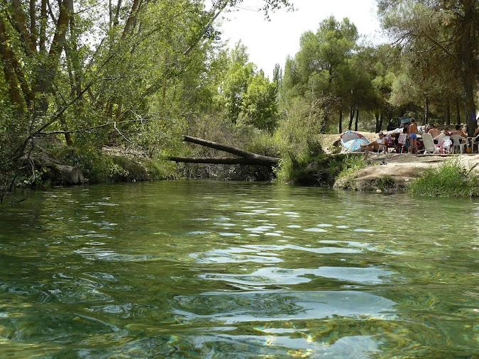 пикни на берегу реки в испании, малага