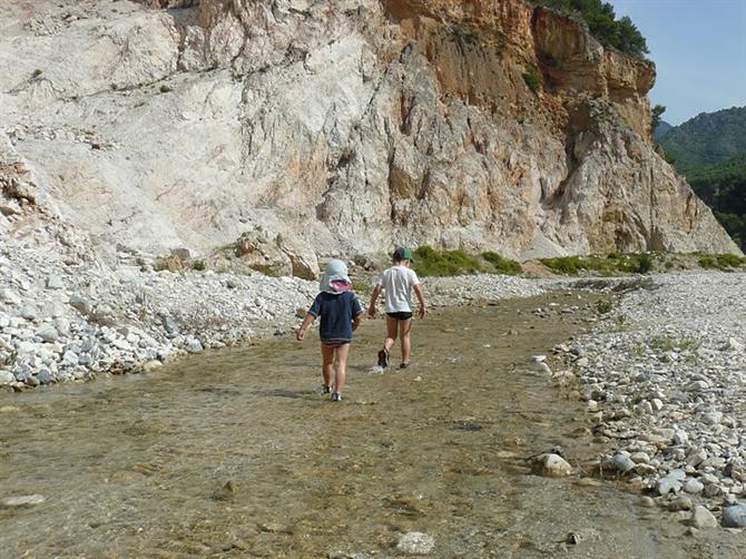 прогулка по реке с детьми в испании